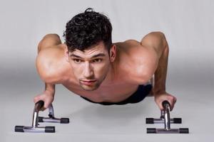 man doet push-ups foto
