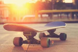 skateboard op straat.