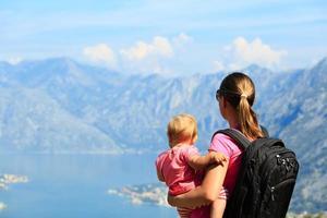 moeder met dochtertje bergen kijken