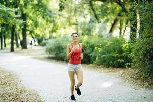 jonge mooie atleet joggen in het park