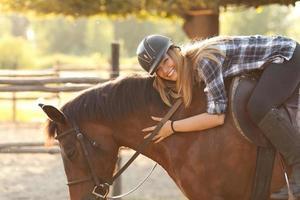 jonge vrouw rijdt paard