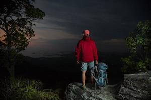 wandelaar bovenop de berg foto