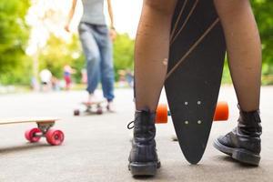tienermeisje urban long board riding.