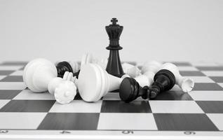 zwarte schaakkoning in het midden van de strijd