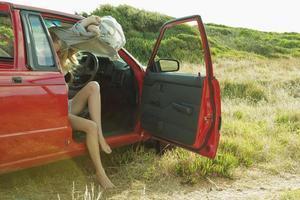meisje uitkleden in auto