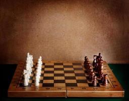 houten schaakbord met figuren op groene tafel