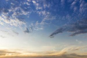wolken met blauwe hemel