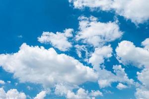 wolken en hemelsblauw foto