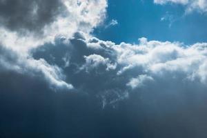 blauwe lucht en wolken