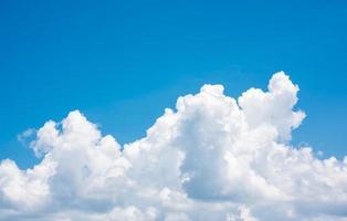 blauwe hemelachtergrond met wolken foto