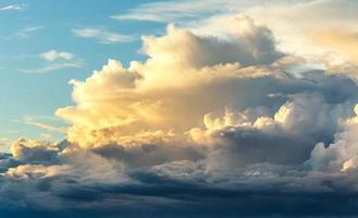 zonsondergang op blauwe hemelachtergrond foto