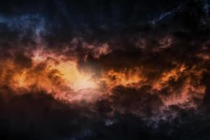 donkere kleurrijke stormachtige bewolkte hemel achtergrondfoto foto