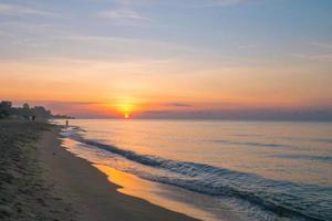 mooie zonsopgang en kleurrijke hemel in rayong, thailand