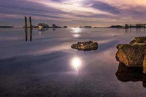 oceaan onder paarse hemel met cement en kettingen