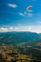 paragliding in de lucht foto