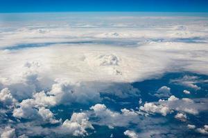 hemelwolken en landachtergrond