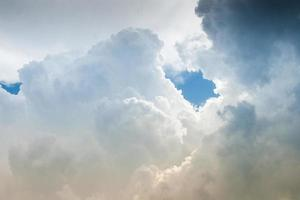 wolken bij storm hemel in de zomer foto