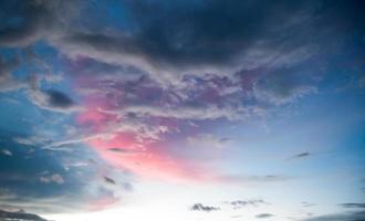 wolken aan de hemel in de avond foto