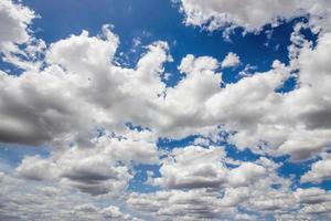 blauwe hemel met wolken veel kubussen