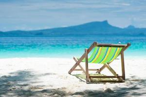 kleurrijke strandstoelen, heldere, blauwe lucht. foto