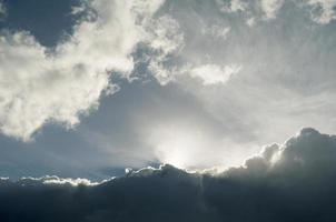 donkere wolken.