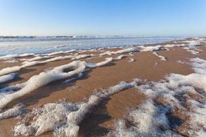 Noordzee zandstrand en blauwe lucht foto