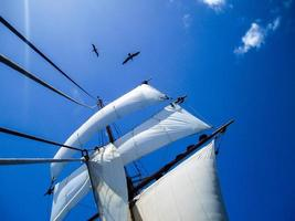 op zee op een groot schip, blauwe luchten