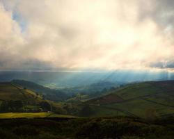 mistig zonlicht op de heuveltoppen foto