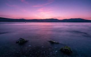 kalm zeegezicht bij zonsondergang