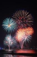 vuurwerk verlicht de lucht met een oogverblindend schouwspel foto