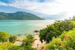 strand en tropische Andamanzee met blauwe hemel foto