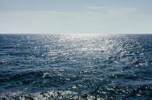 zeeoppervlak en lucht met wolken in zonlicht foto