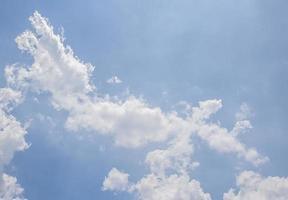 wolk en blauwe hemel foto