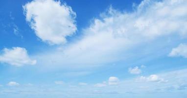 mooie wolken aan de hemel foto