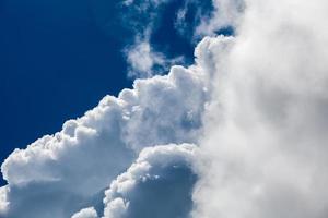 blauwe hemel met wolk close-up foto