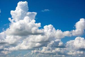 blauwe lucht met witte wolken. foto