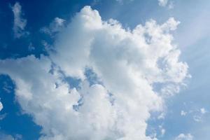 blauwe lucht met gezwollen witte wolken.