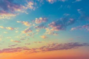 gele blauwe zonsopganghemel met zonlicht foto