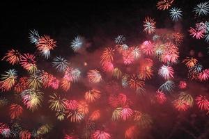 Japanse traditionele vuurwerk in de nachtelijke hemel