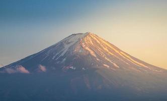 zet fuji op in zonsondergang met duidelijk hemel foto