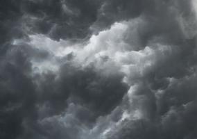 kijken naar dramatische stormachtige grijze wolken