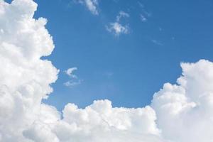 witte wolken op zonnige dag heldere blauwe hemel