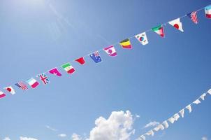vlaggen van vele naties op een velddag