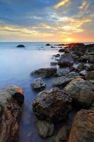 prachtige rotsachtige kustlijn bij zonsondergang foto