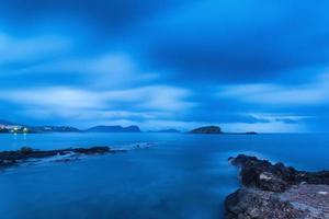prachtig landschap bij schemering dageraad met rotsachtige kustlijn foto
