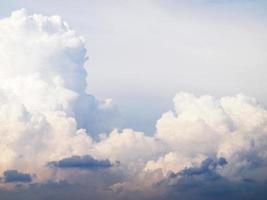 blauwe lucht en prachtige wolken