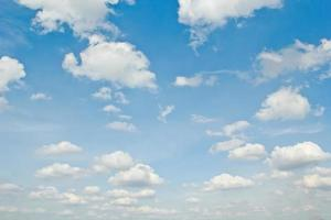blauwe hemelachtergrond met bewolkt. foto