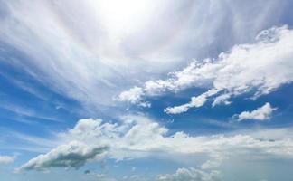 halo van de zon aan de hemel. foto