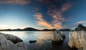 paarse zonsopgang op het strand van de Middellandse Zee foto