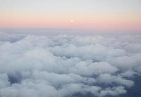 luchtfoto van gouden wolken in de zonsondergang
